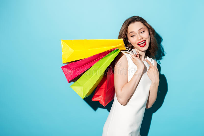 Portret szczęśliwa dziewczyna trzyma kolorowych torba na zakupy obrazy stock