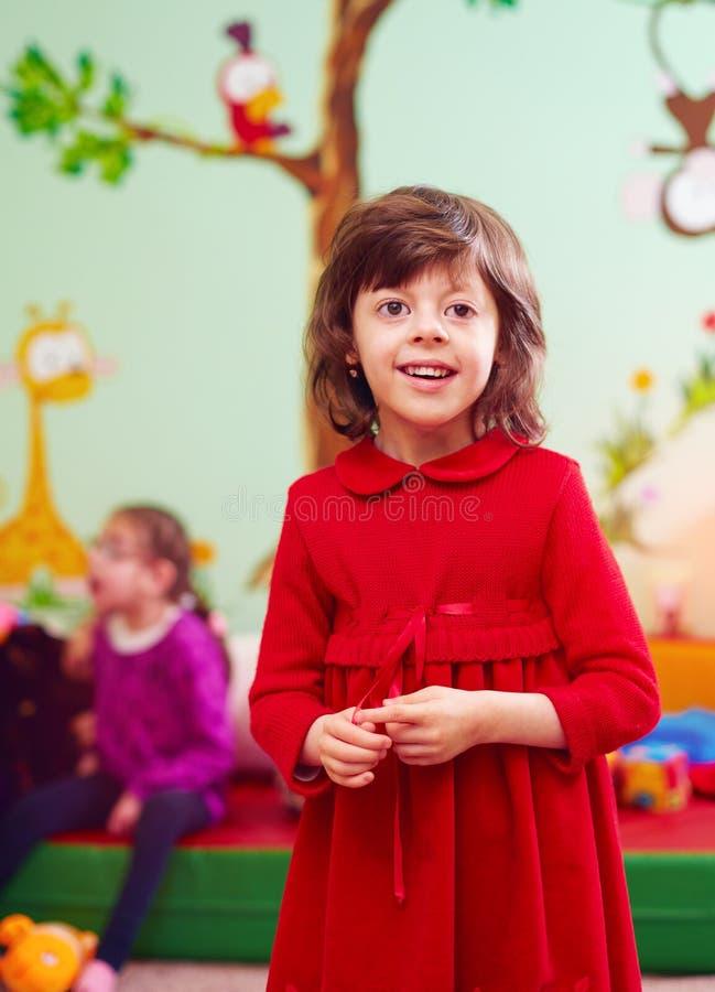 Portret szczęśliwa dziewczyna z kalectwem przy centrum rehabilitacji dla dzieciaków z specjalnymi potrzebami zdjęcie royalty free
