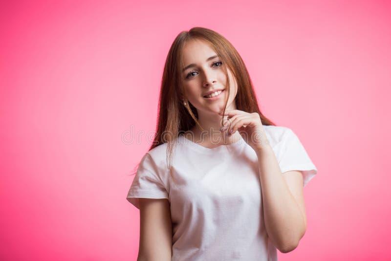 Portret szczęśliwa imbirowa dziewczyna ono uśmiecha się patrzejący kamerę na różowym tle z odbitkową przestrzenią obrazy stock