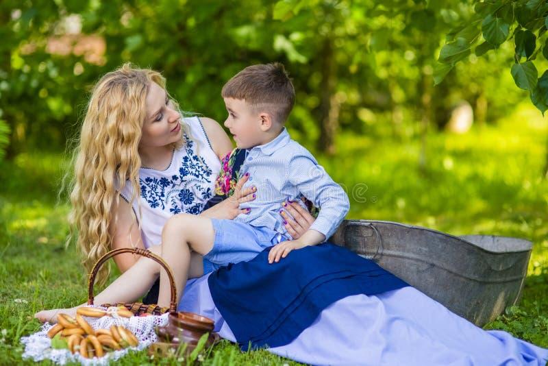 Portret Szczęśliwa Kaukaska matka Z Jej małym dzieckiem Pozować z Koszykowy Pełnym Chlebowi pierścionki Outdoors zdjęcie stock