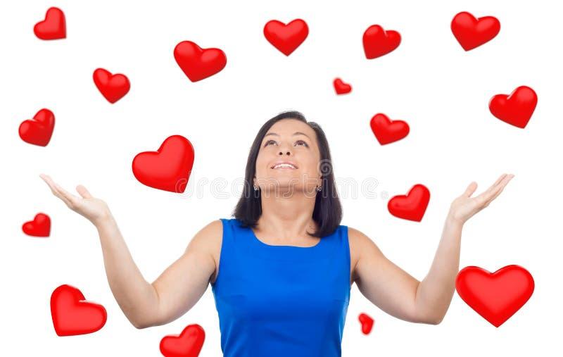 Portret Szczęśliwa kobieta pod Czerwonych serc Podeszczowym Spada puszkiem obraz stock