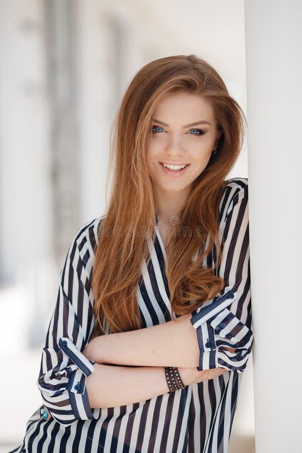 Portret szczęśliwa kobieta w wiosny mieście zdjęcia stock