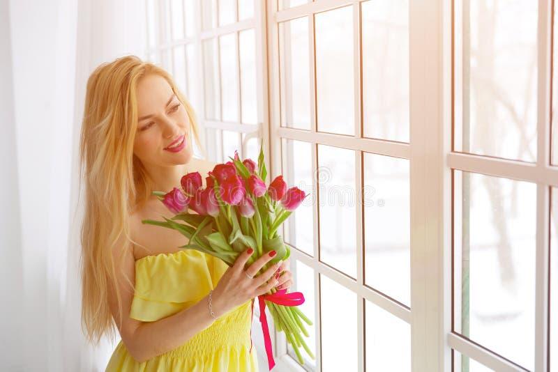 Portret szczęśliwa kobieta z tulipanowym bukietem obraz royalty free