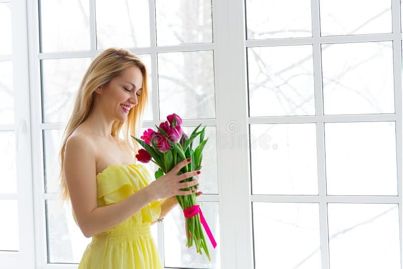 Portret szczęśliwa kobieta z tulipanowym bukietem obrazy royalty free