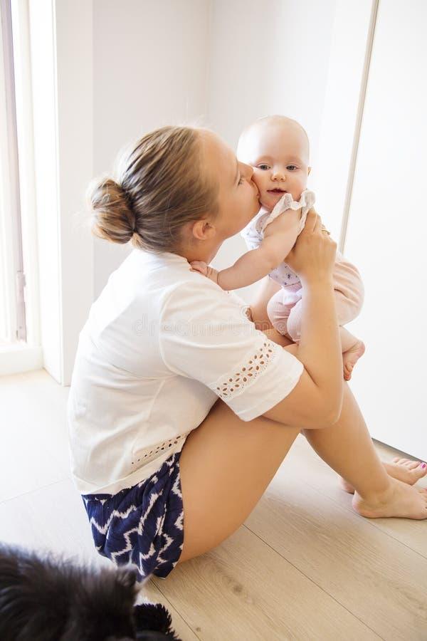 Portret szczęśliwa kochająca matka i jej dziecko w domu obraz stock