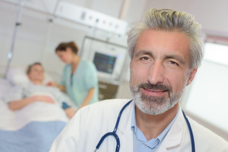 Portret szczęśliwa lekarka zdjęcia stock