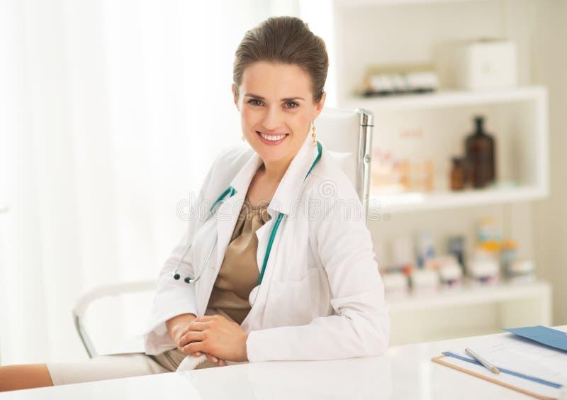 Portret szczęśliwa lekarz medycyny kobieta w biurze zdjęcia stock
