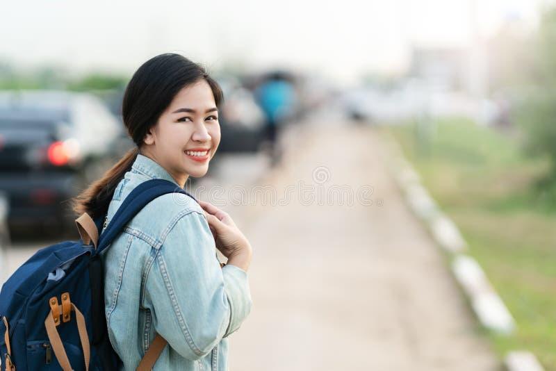 Portret szczęśliwa młoda azjatykcia kobieta będący ubranym błękitną drelichową kurtkę obraz royalty free