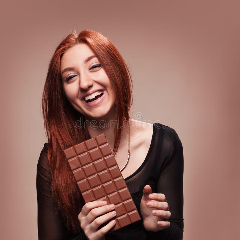 Portret szczęśliwa młoda dziewczyna z dużą czekoladą zdjęcia stock