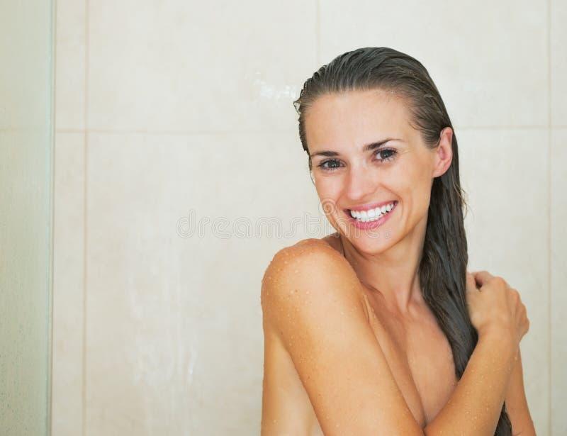 Portret szczęśliwa młoda kobieta w prysznic obrazy royalty free