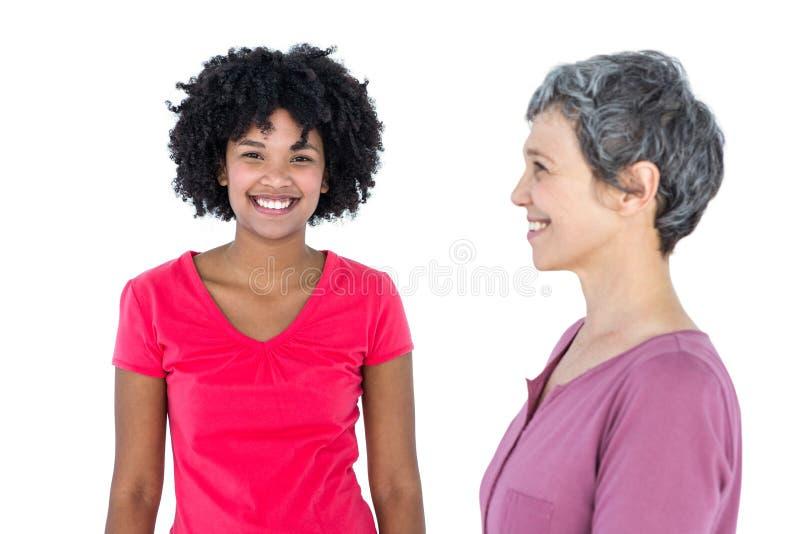 Portret szczęśliwa młoda kobieta z matką obraz stock