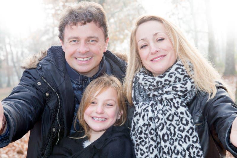 Portret szczęśliwa młoda rodzina bierze selfie fotografia stock