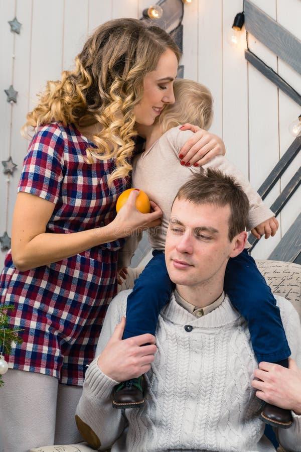Portret szczęśliwa młoda rodzina z synem w domu Ładny pozytyw zdjęcie royalty free