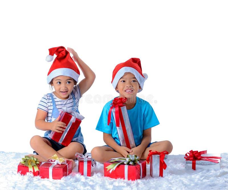 portret szczęśliwa mała azjatykcia chłopiec i dziewczyna z Wiele prezentów pudełkami odizolowywającymi na białym tle fotografia stock