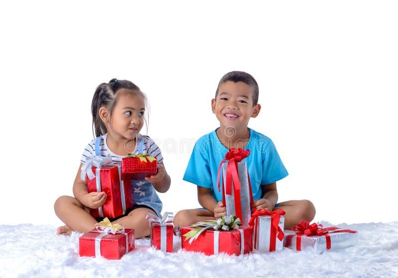 portret szczęśliwa mała azjatykcia chłopiec i dziewczyna z Wiele prezentów pudełkami odizolowywającymi na białym tle obrazy stock