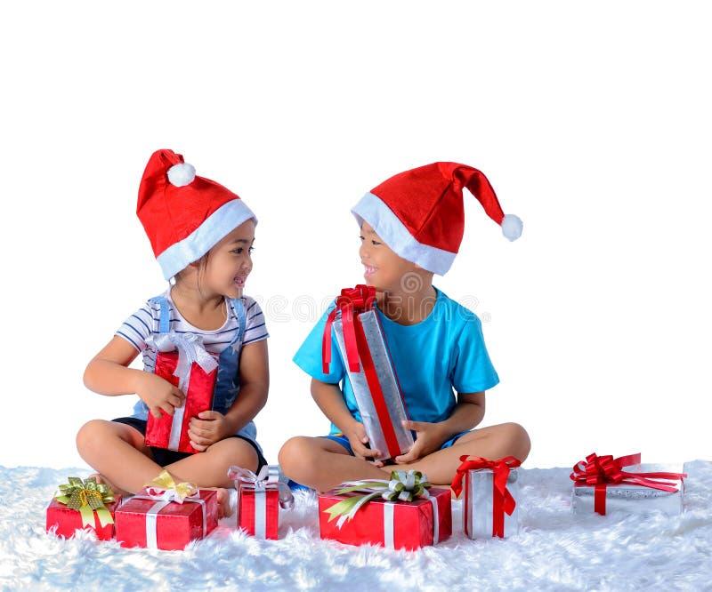 portret szczęśliwa mała azjatykcia chłopiec i dziewczyna z Wiele prezentów pudełkami odizolowywającymi na białym tle obraz stock