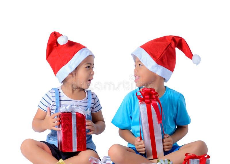portret szczęśliwa mała azjatykcia chłopiec i dziewczyna z Wiele prezentów pudełkami odizolowywającymi na białym tle obraz royalty free