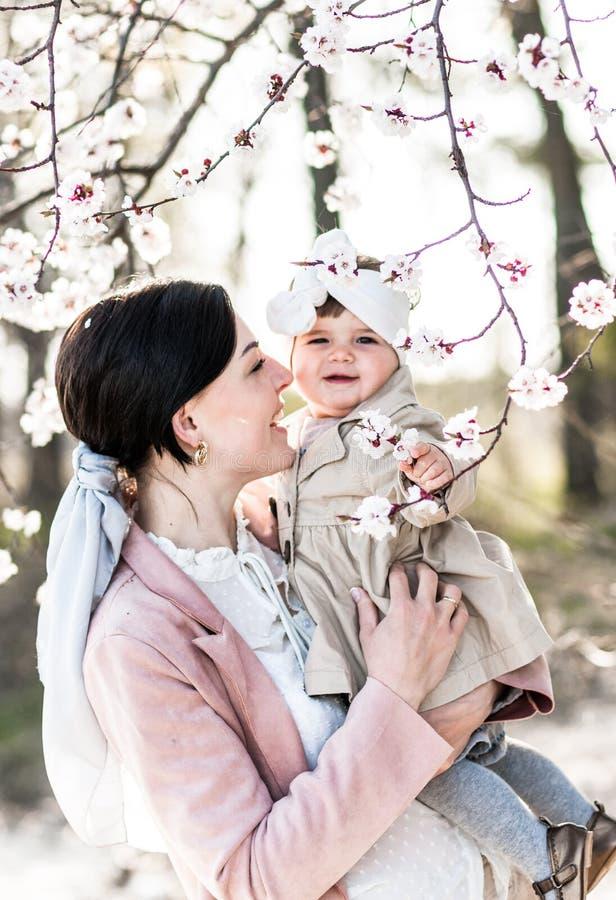 Portret szczęśliwa mama z córką troszkę, outdoors zdjęcia royalty free