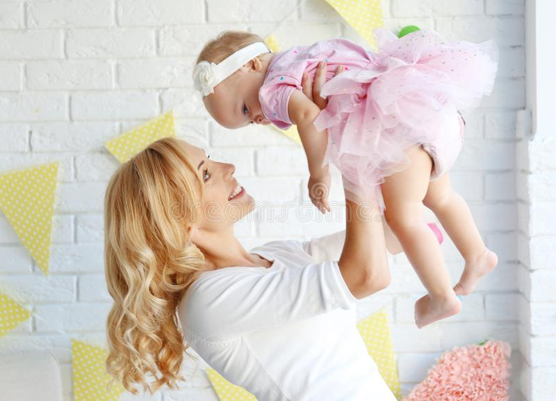 Portret szczęśliwa matka i córka na jej pierwszy przyjęciu urodzinowym zdjęcie royalty free