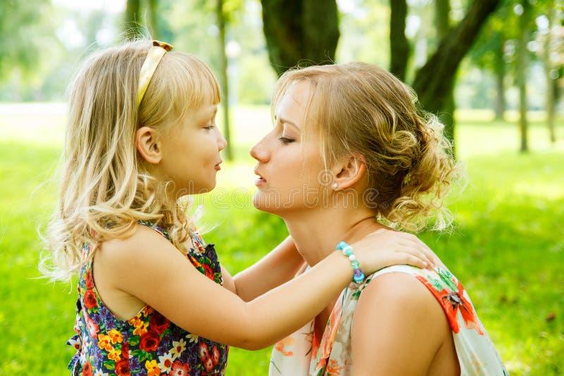 Portret szczęśliwa matka i dziewczynka zdjęcia royalty free