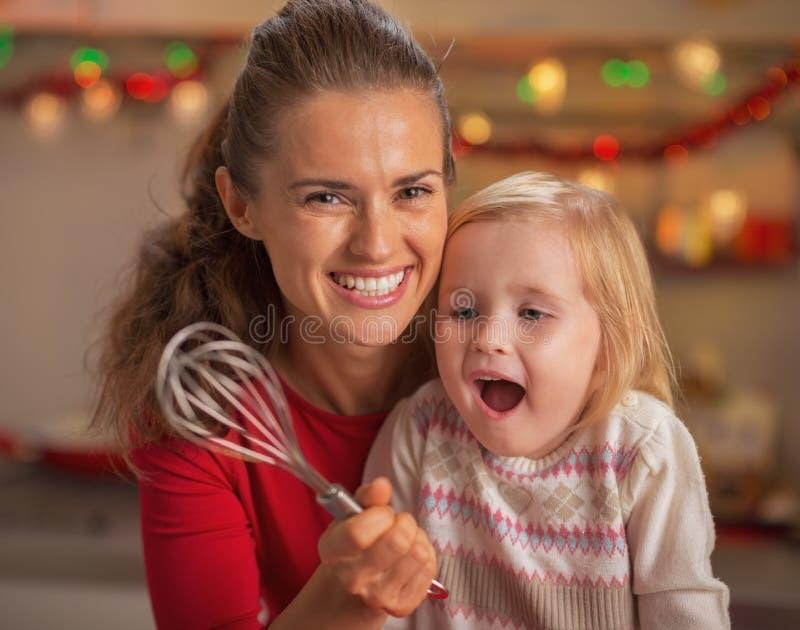 Portret szczęśliwa matka i zdziwiony dziecko patrzeje na śmignięciu zdjęcie stock