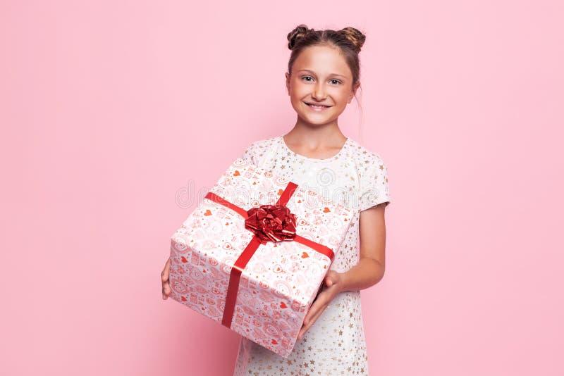 Portret szczęśliwa nastoletnia dziewczyna z prezenta pudełkiem w ona ręki zdjęcie royalty free