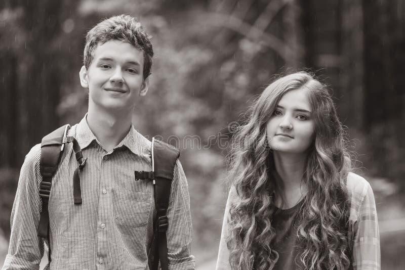 Portret szczęśliwa nastoletnia para fotografia stock