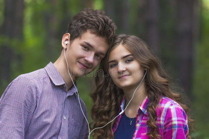 Portret szczęśliwa nastoletnia para fotografia royalty free
