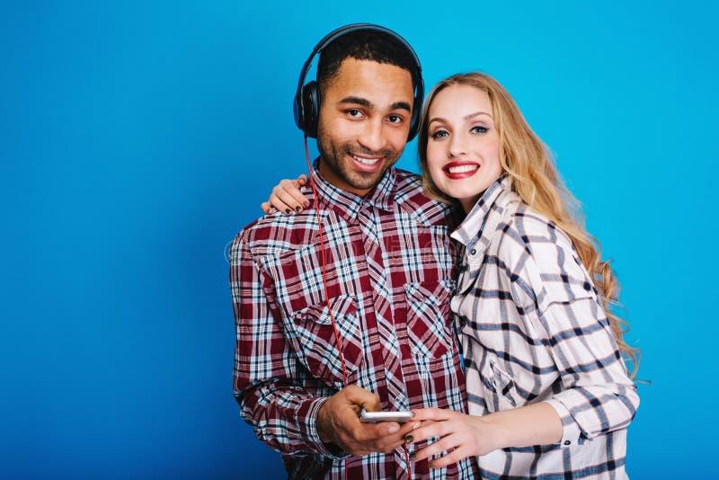Portret szczęśliwa para ma zabawę na błękitnym tle wpólnie Elegancki światopogląd, cieszy się czas wolnego, szczęście, słucha obraz stock
