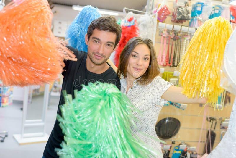 Portret szczęśliwa para ma zabawę próbuje kostiumy zdjęcie stock
