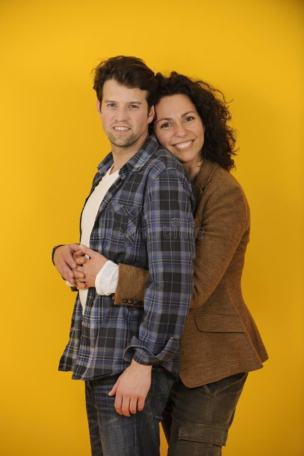 Portret szczęśliwa para na żółtym tle zdjęcie stock
