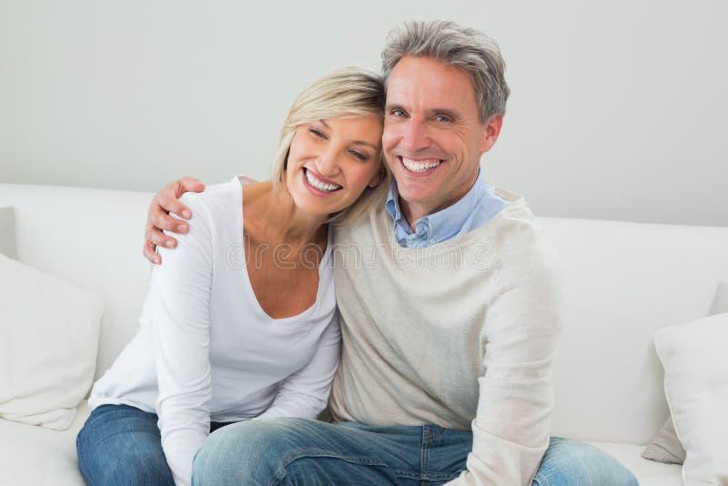 Portret szczęśliwa para w żywym pokoju obrazy stock