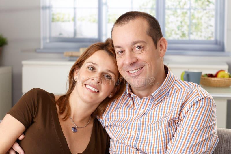 Portret szczęśliwa para w domu obraz stock