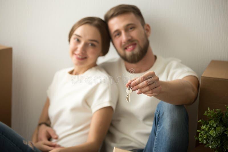 Portret szczęśliwa para w nowym domu z kluczami w rękach fotografia stock