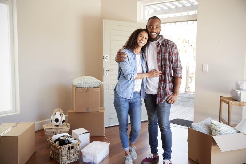 Portret Szczęśliwa para Z pudełkami W Nowym domu Na Poruszającym dniu zdjęcie stock