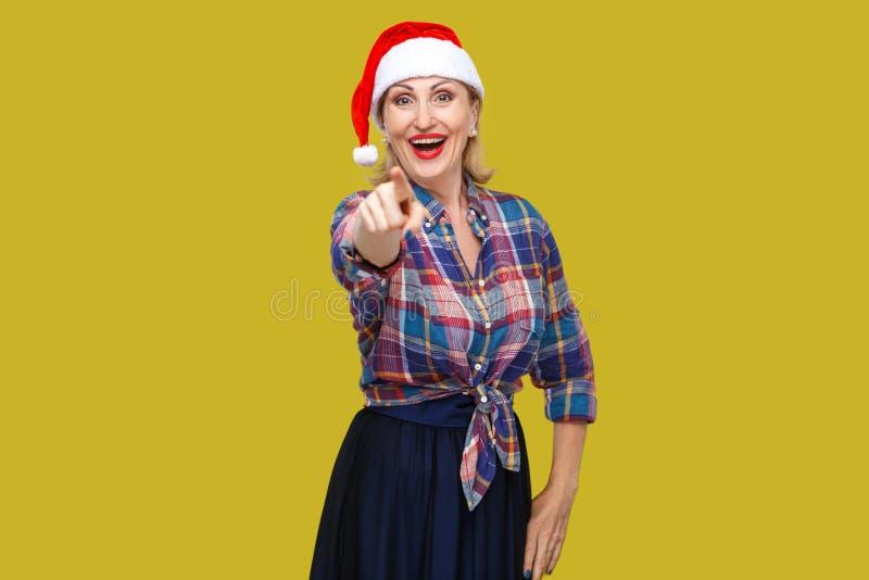 Portret szczęśliwa piękna dorosła kobieta w czerwonej Santa nakrętce, che i zdjęcie stock