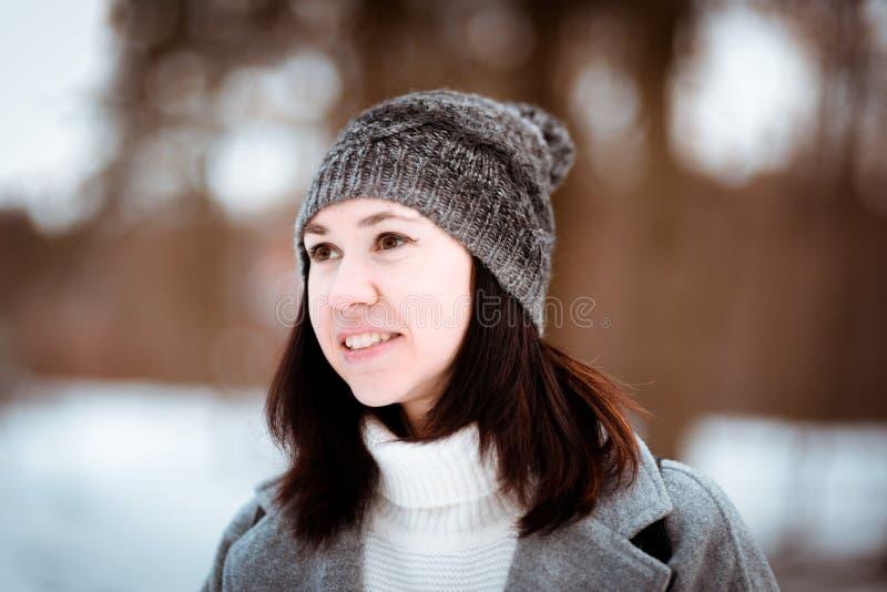 Portret szczęśliwa piękna dziewczyna z brown włosy w zima lesie ubierał w modnisia stylu, styl życia zdjęcia royalty free