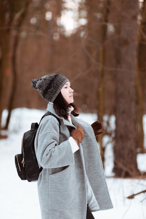 Portret szczęśliwa piękna dziewczyna z brown włosy w zima lesie ubierał w modnisia stylu, styl życia obrazy stock