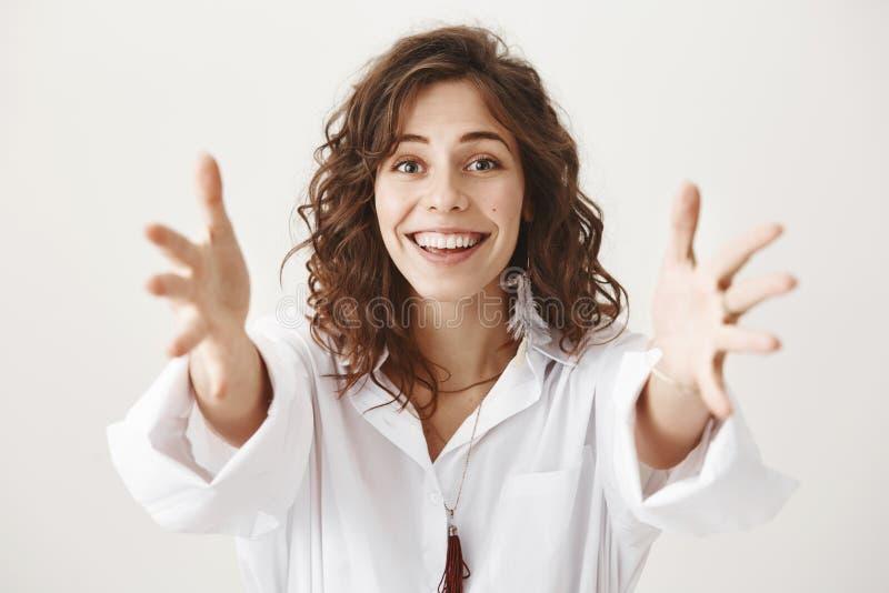 Portret szczęśliwa powabna matka ono uśmiecha się sensually i wyraża miłości z elegancką fryzurą podczas gdy przedłużyć rękę obraz stock