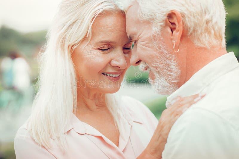 Portret szczęśliwa pozytywna starsza para zdjęcia stock