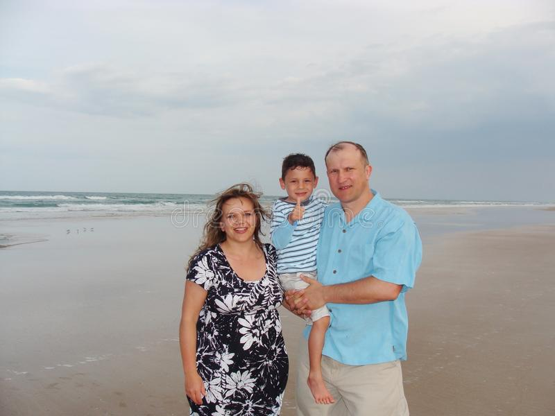Rodzina przy plażą zdjęcia stock