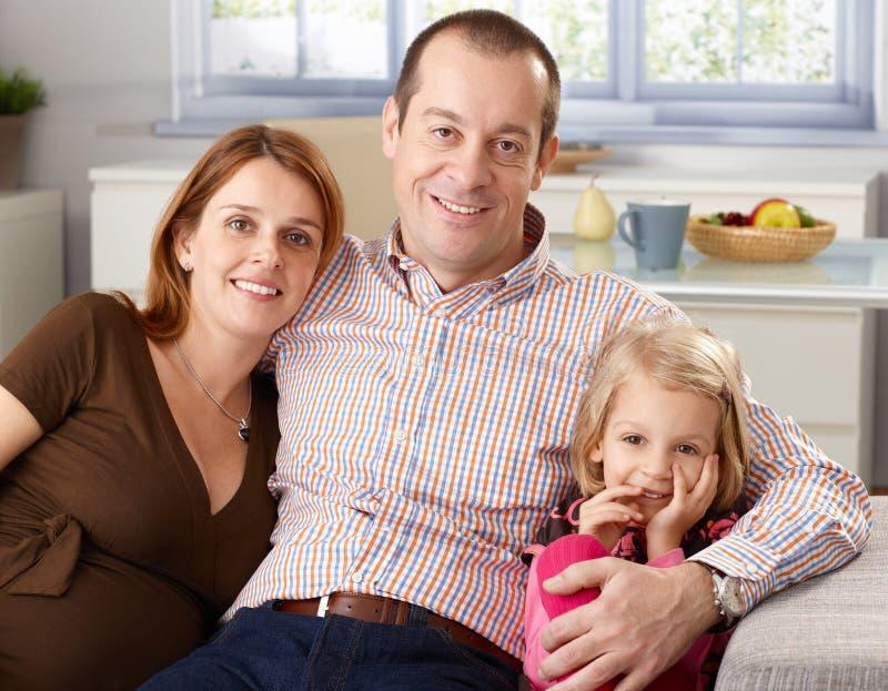 Portret szczęśliwa rodzina w domu fotografia stock