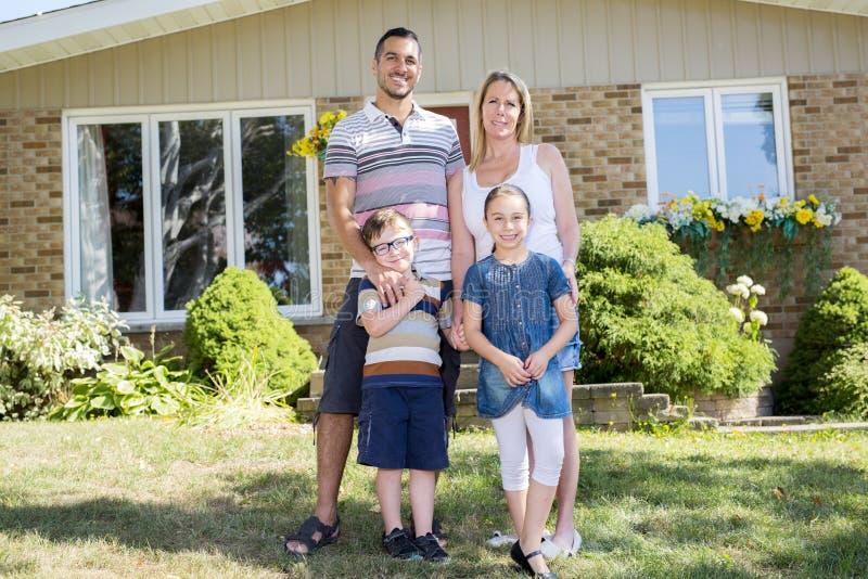 Portret szczęśliwa rodzina w przodu domu zdjęcie royalty free