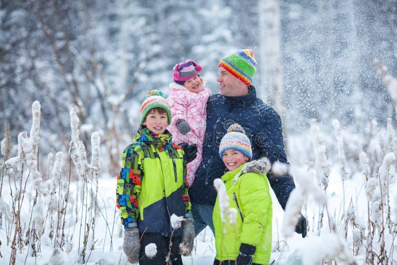 Portret szczęśliwa rodzina w zima parku Ojciec, syn i mały córki śmiać się, zdjęcia royalty free