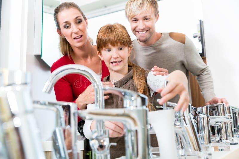 Portret szczęśliwa rodzina we wnętrzu nowożytnego sklepu wpólnie obraz stock