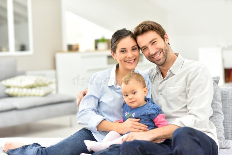 Portret szczęśliwa rodzina z dzieckiem w domu fotografia royalty free