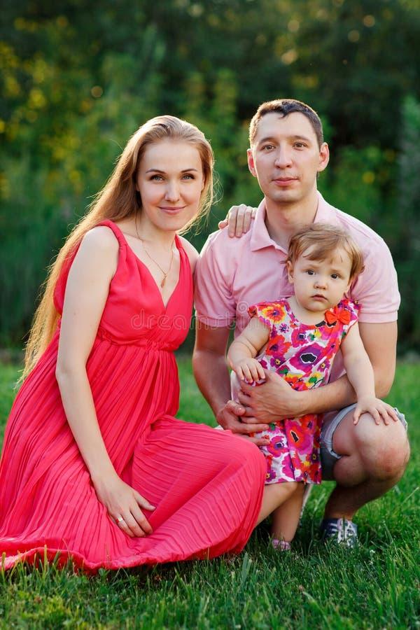Portret szczęśliwa rodzina z małą córką w parku fotografia stock