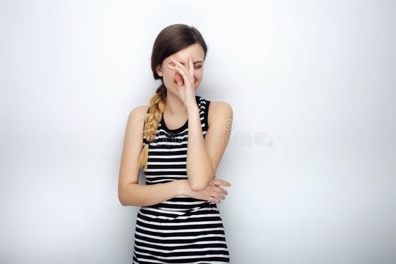 Portret szczęśliwa roześmiana młoda piękna kobieta w pasiastym koszulowym robi facepalm pozuje dla wzorcowych testów przeciw prac obraz royalty free