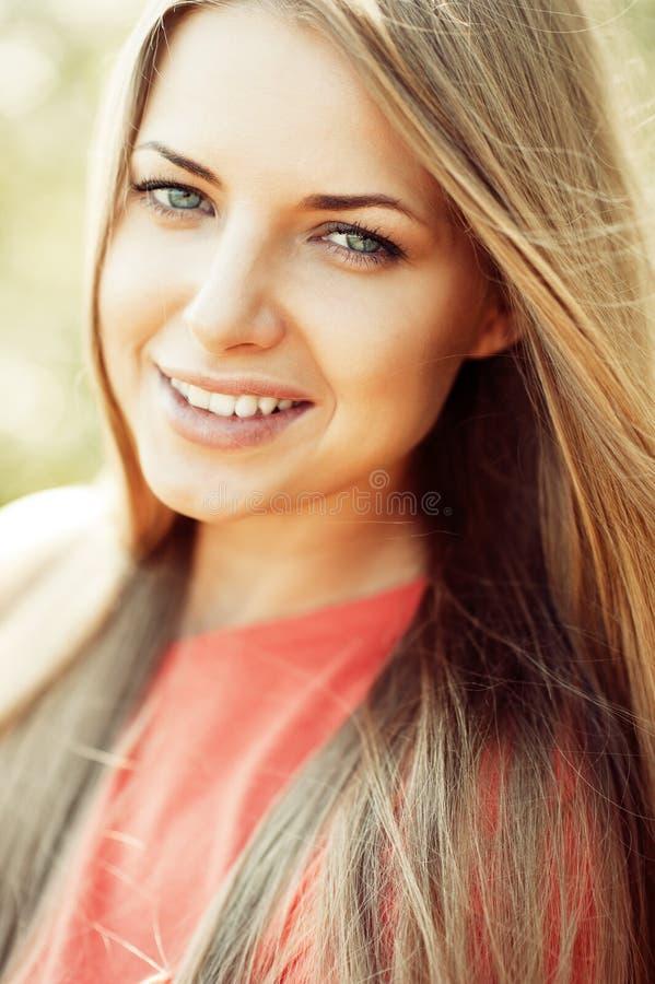 Portret szczęśliwa rozochocona uśmiechnięta młoda piękna blond kobieta o obraz stock