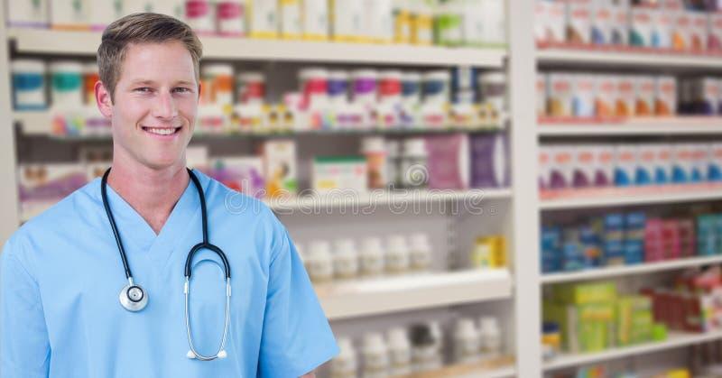 Portret szczęśliwa samiec lekarka przy apteką fotografia royalty free